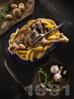 Печено агнешко бутче с картофи, чесън и джоджен на фурна - снимка на рецептата
